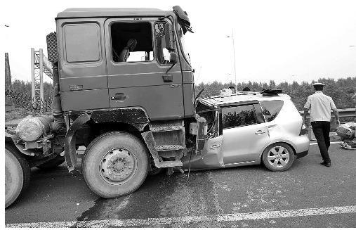 小汽车掉头在京港澳高速逆行撞上大货车